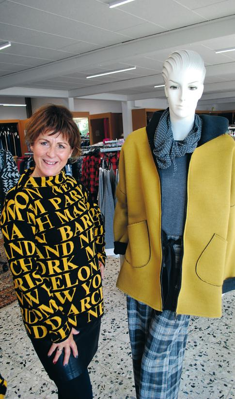 Andrea Nickel trägt aus der eigenen Tatex-Kollektion einen Pullover in den neuen Herbstfarben