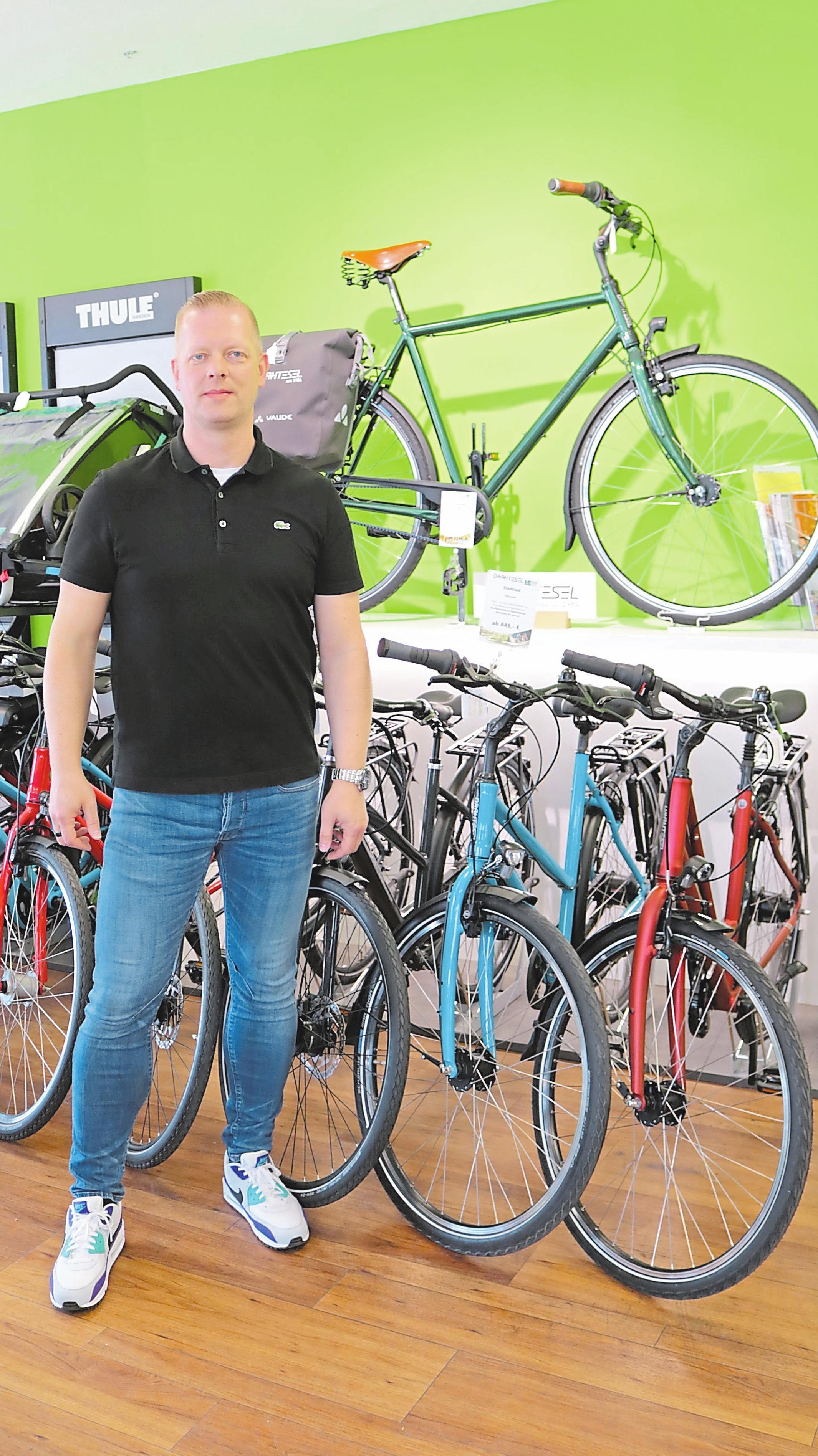 Der Klassiker – das Stadtrad – ist aus dem Sortiment nicht mehr wegzudenken. Ralf Gerdhenrichs, seit über 25 Jahren beim Drahtesel, findet für alle das passende Modell. Foto: acf