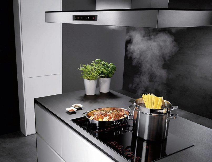 Manuelles Bedienen und Regulieren ist hier überflüssig, denn das Induktionskochfeld kann mittels eines Infrarotsensors direkt mit der Dunstabzugshaube kommunizieren. Nach dem Kochen schaltet sie sich automatisch ab.