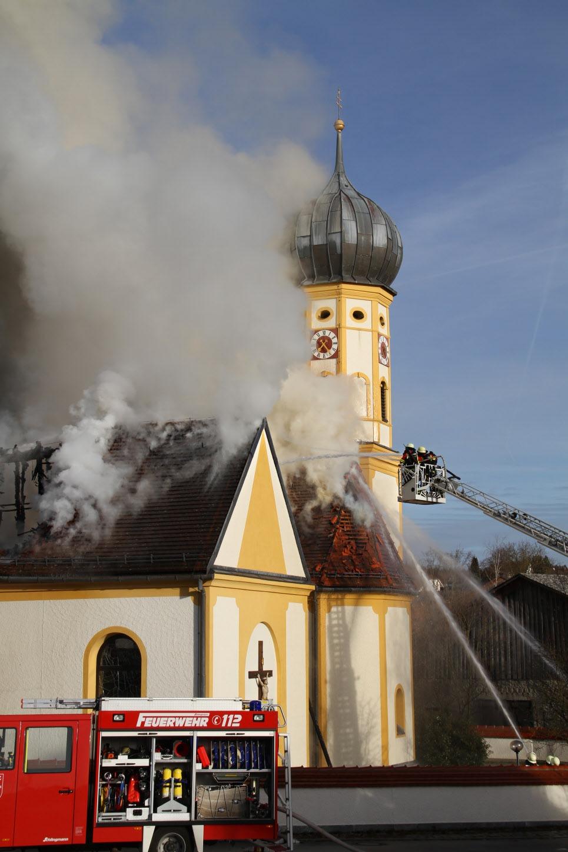 Nach dem Brand und den Aufräumarbeiten wurde die Steinsdorfer Kirche Stück für Stück wieder aufgebaut. Fotos: Ammer, THW Eichstätt