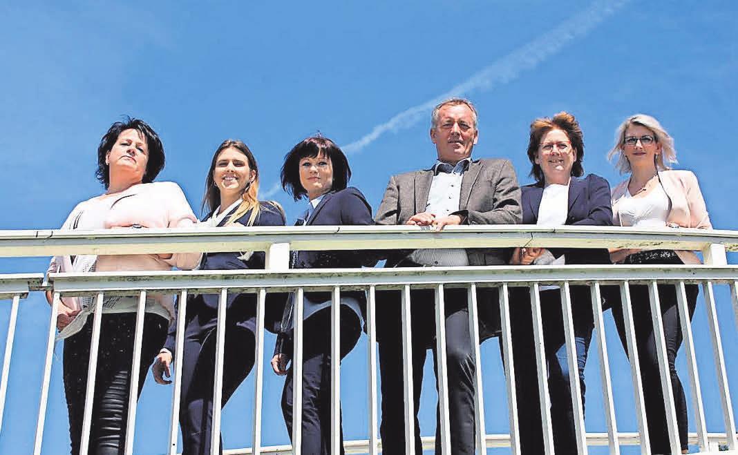 Das starke Team von Dr. Lehner Immobilien in Neubrandenburg: Ines Haase, Laura Thomas, Jana Beyhl, Seniorchef Dr. Jürgen Lehner, Geschäftsführerin Beate Wagner, Kerstin Freese (v.l.n.r.) Foto: privat