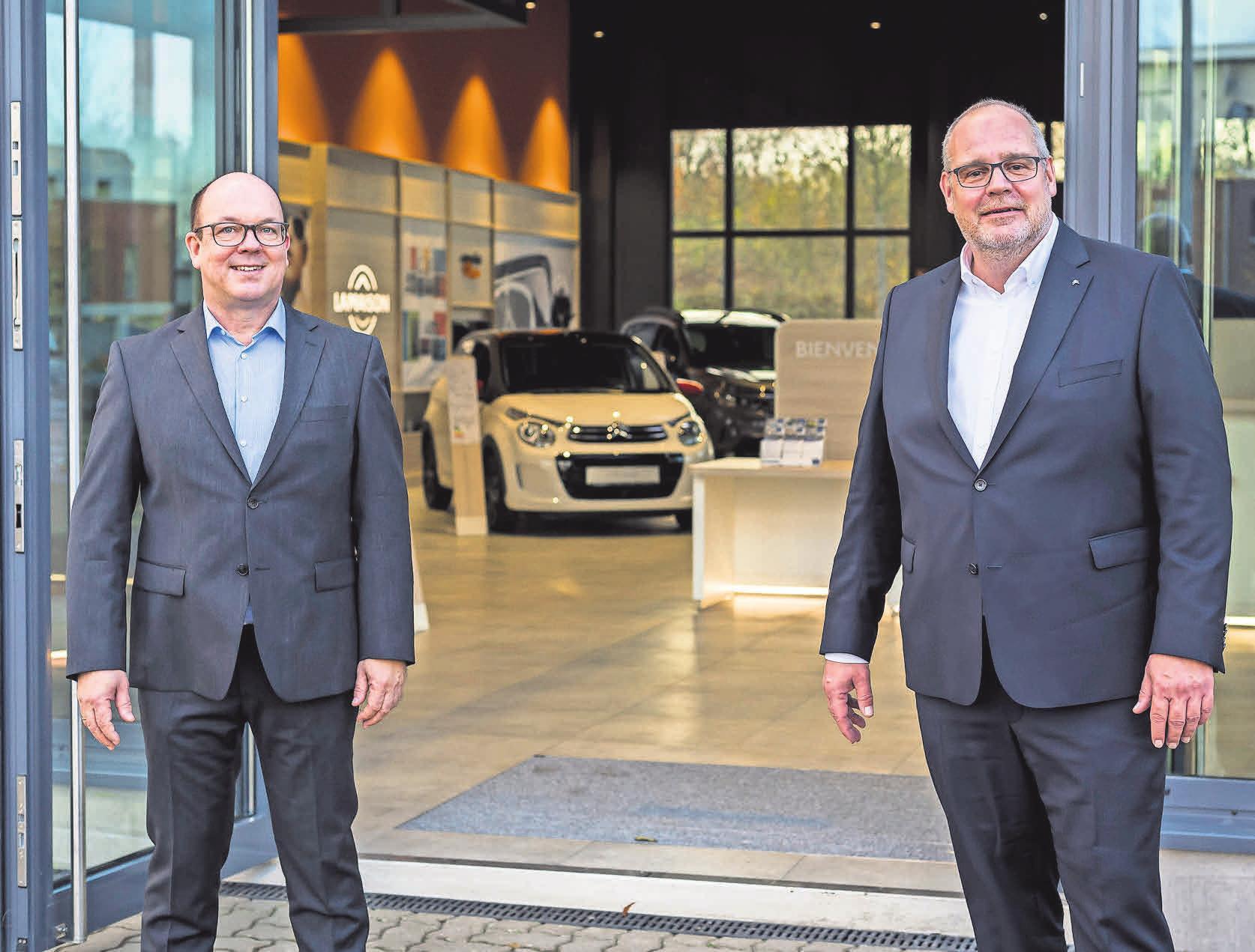 """Andreas Dornburg, Geschäftsführer der Klaus+Co Gruppe, und Citroën Deutschland Geschäftsführer Wolfgang Schlimme (v.li.) zeigen sich begeistert vom bundesweit ersten """"La maison""""-Showroom."""