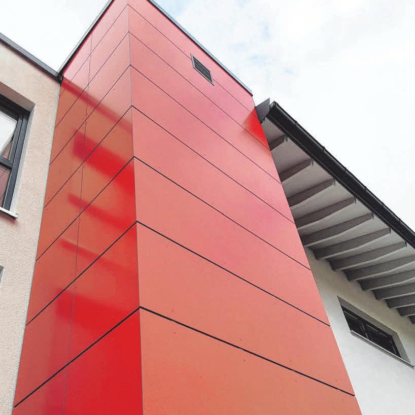 Ein Farbakzent in leuchtendem Rot erinnert an das Wappen der Gemeinde Gosheim.