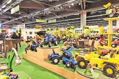 Ausgestellt sind Traktoren mit jede Menge Zubehör. rolly toys