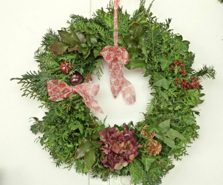 Das Basarteam hat weihnachtliche Gestecke und Kränze kreiert. Foto: privat