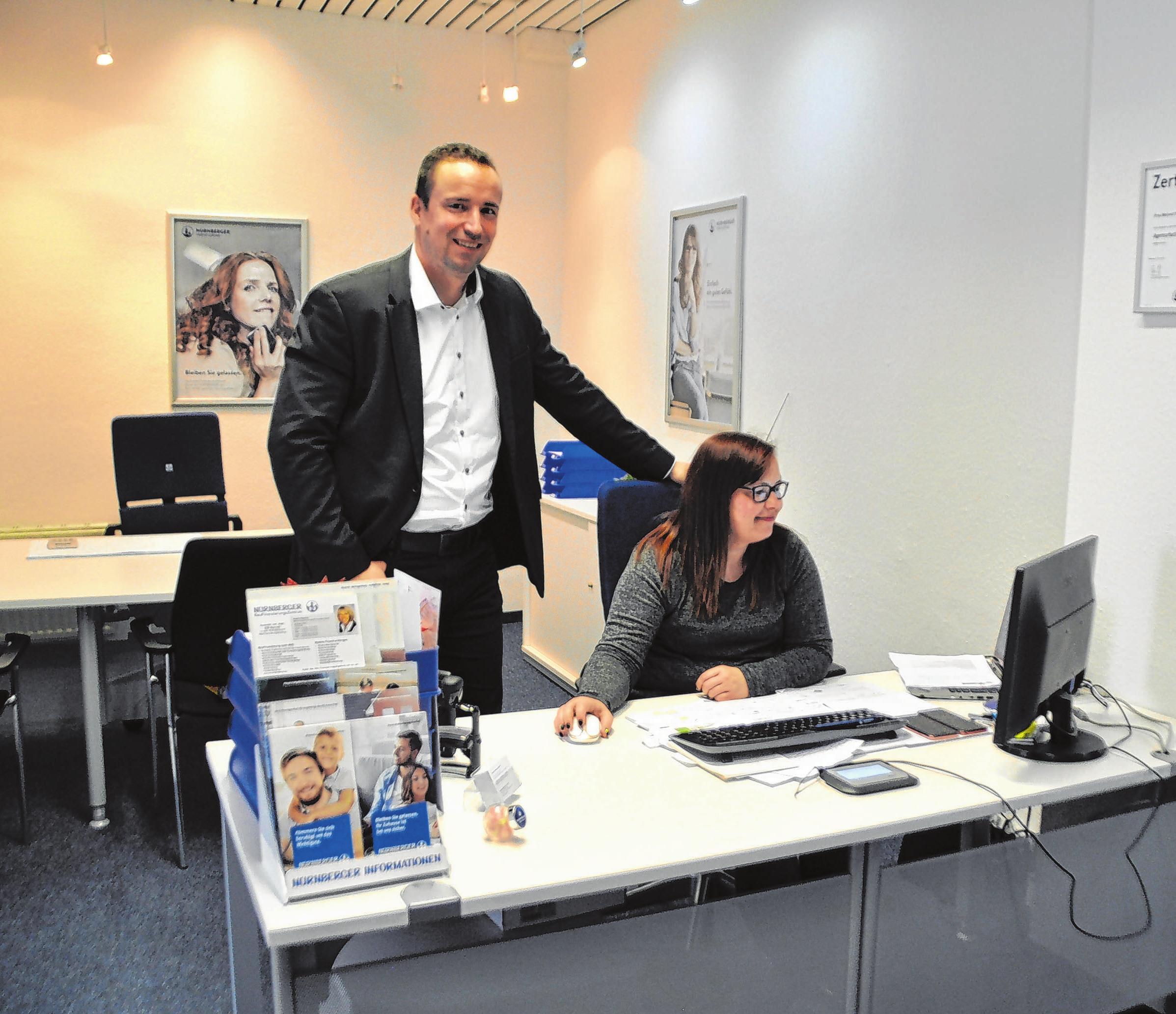 Der Generalagent der Agentur Ostbrandenburg der Nürnberger Versicherung, Thomas Andreas Günther, und Büroleiterin Melanie Ploch sind gemeinsam mit vier weiteren Mitarbeitern für die Versicherten zwischen Pasewalk und Cottbus da. Foto: Sabine Uy