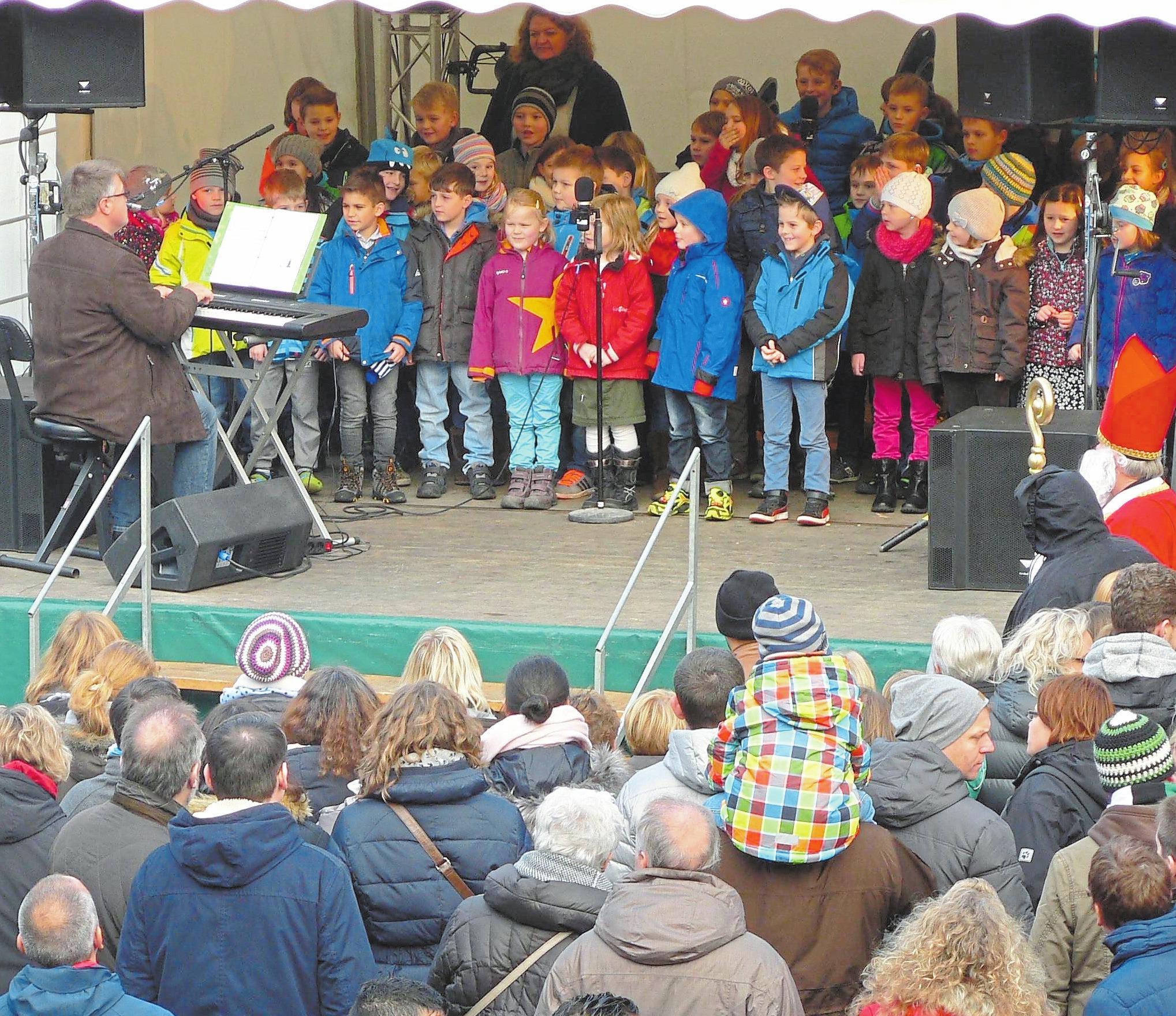 Auf der Bühne gibt es die passende musikalische Untermalung zum Markt.Foto: Weihnachtsmarkt Nordwalde