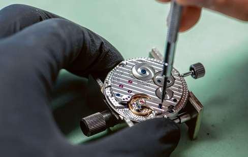 Die Arbeit als Uhrmacher erfordert viel Fingerspitzengefühl