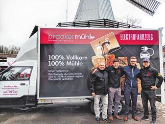 Das erste Elektrofahrzeug ist da: Jens Schröder (Street Soccer), Tim Lessau, Emil Heckelen (Autohaus Hugo Pfohe), Mark Lessau (von links) Foto: BM