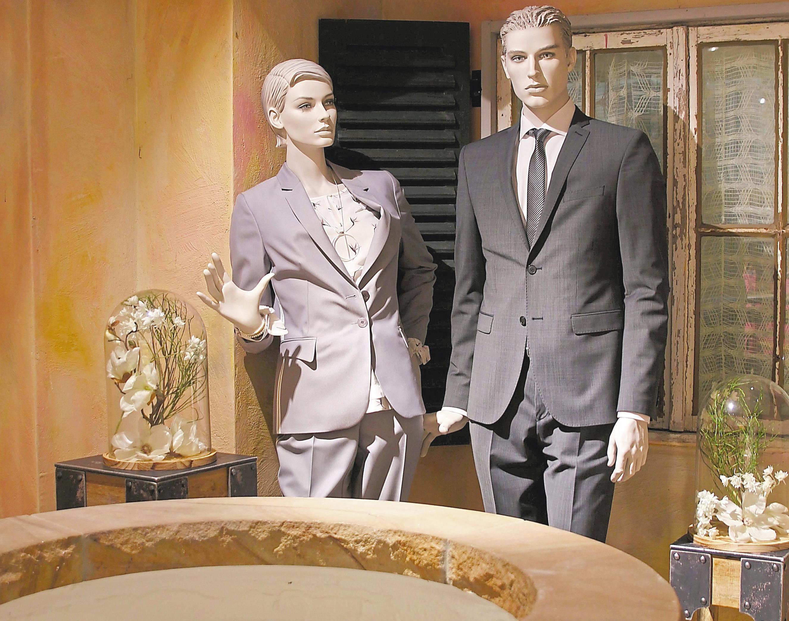 Anzüge, bei denen Blazer und Hose genau zusammenpassen – dahin geht der Trend wieder. Ein Blickfang ist der beleuchtete Brunnen davor.