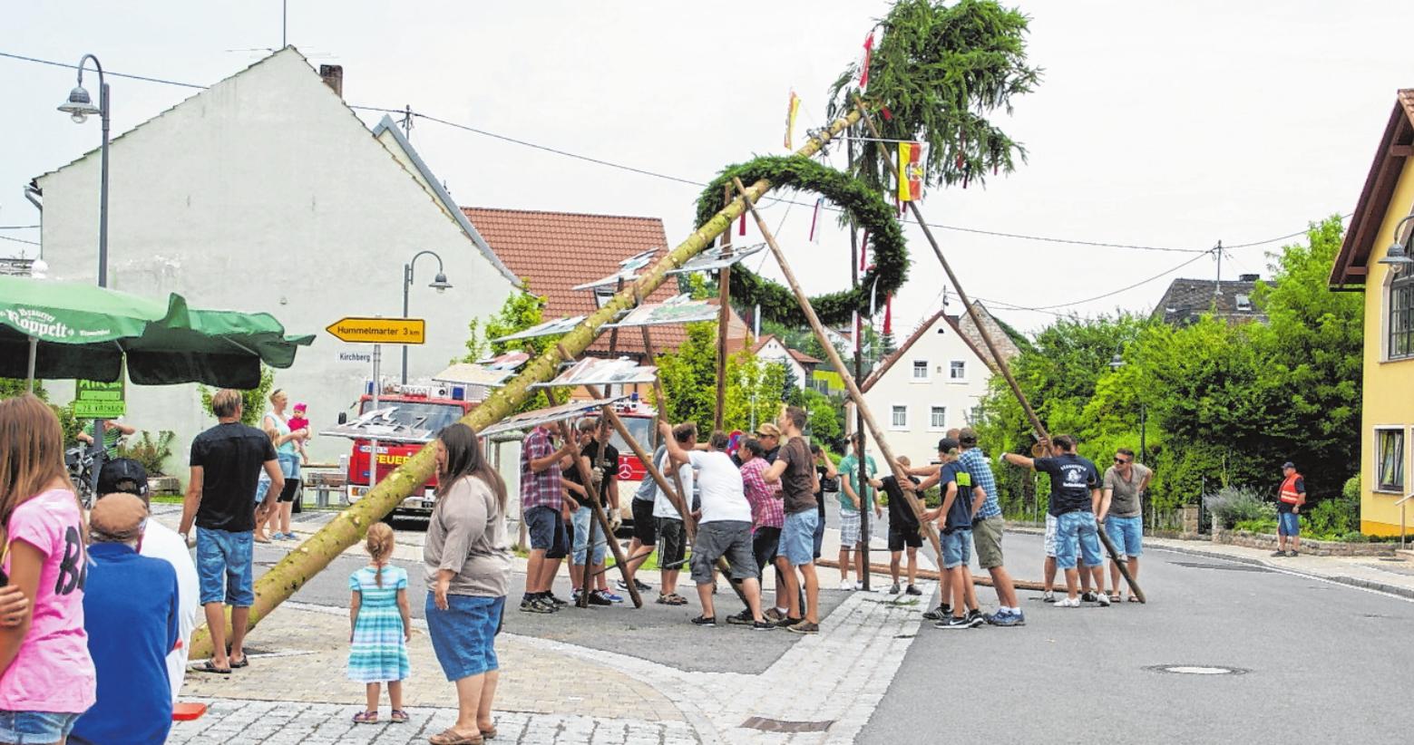 Nur mit Muskelkraft wird der Kirchweihbaum aufgestellt. FOTO: SABINE WEINBEER