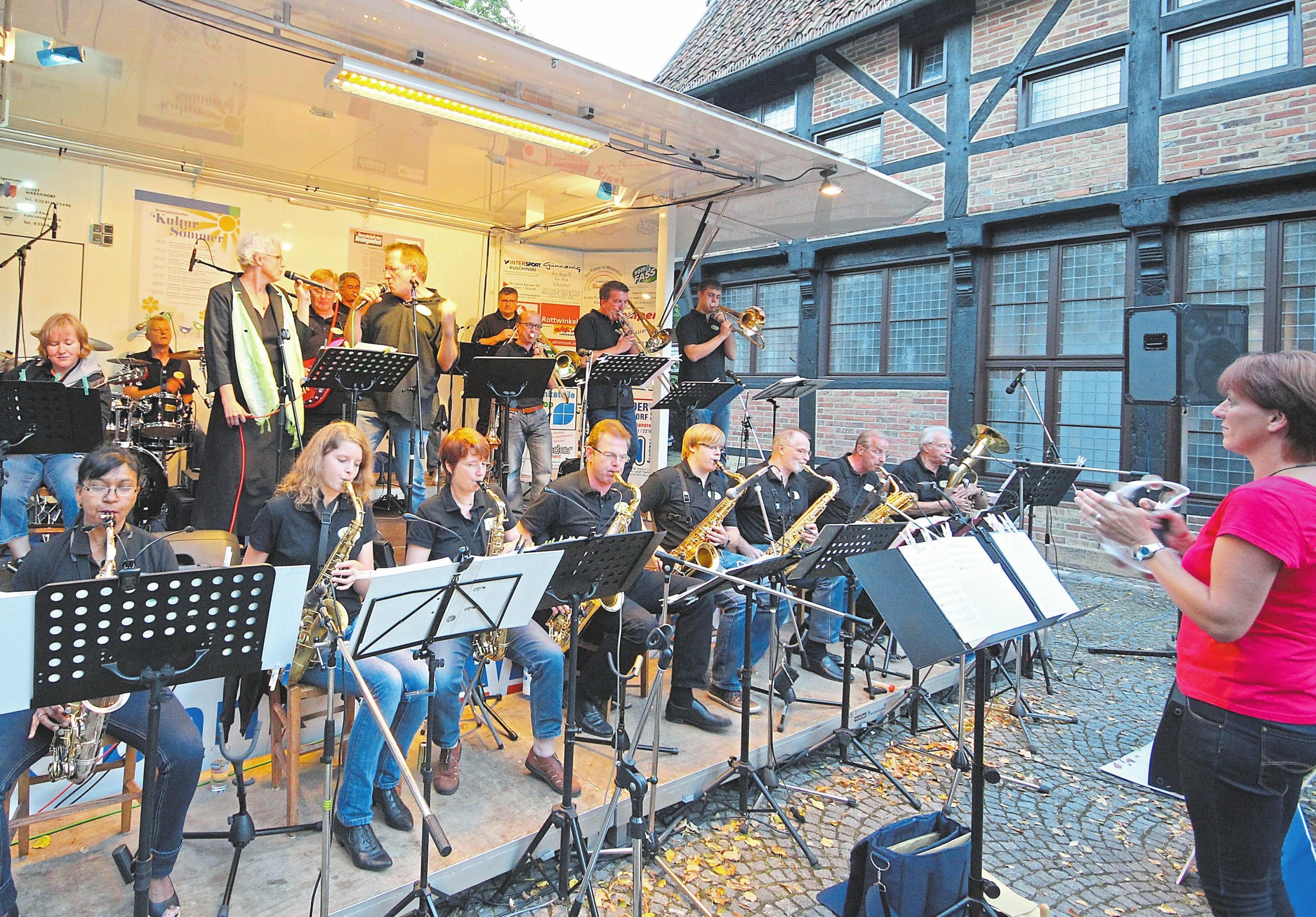"""Die Drensteinfurter Big-Band """"Swing and more"""" läutet ab 17 Uhr den Samstagabend auf der großen Showbühne ein. Foto: -kai-"""