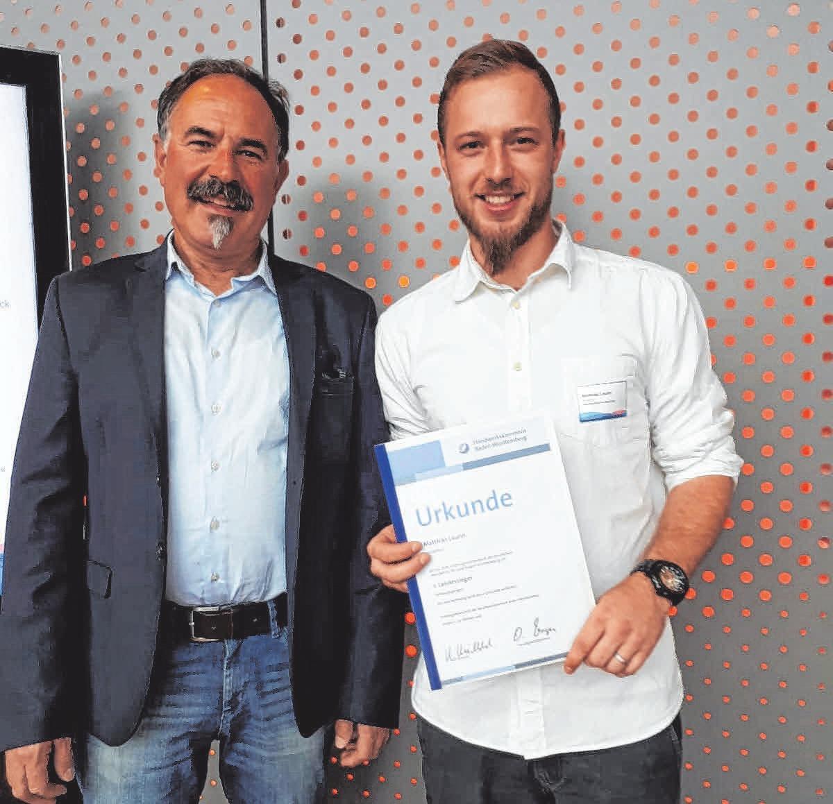 Matthias Laurin (rechts) ist bester Stuckateur Deutschlands. Sein Ausbilder Johann Hahn (links) ist stolz auf ihn. FOTO: PRIVAT
