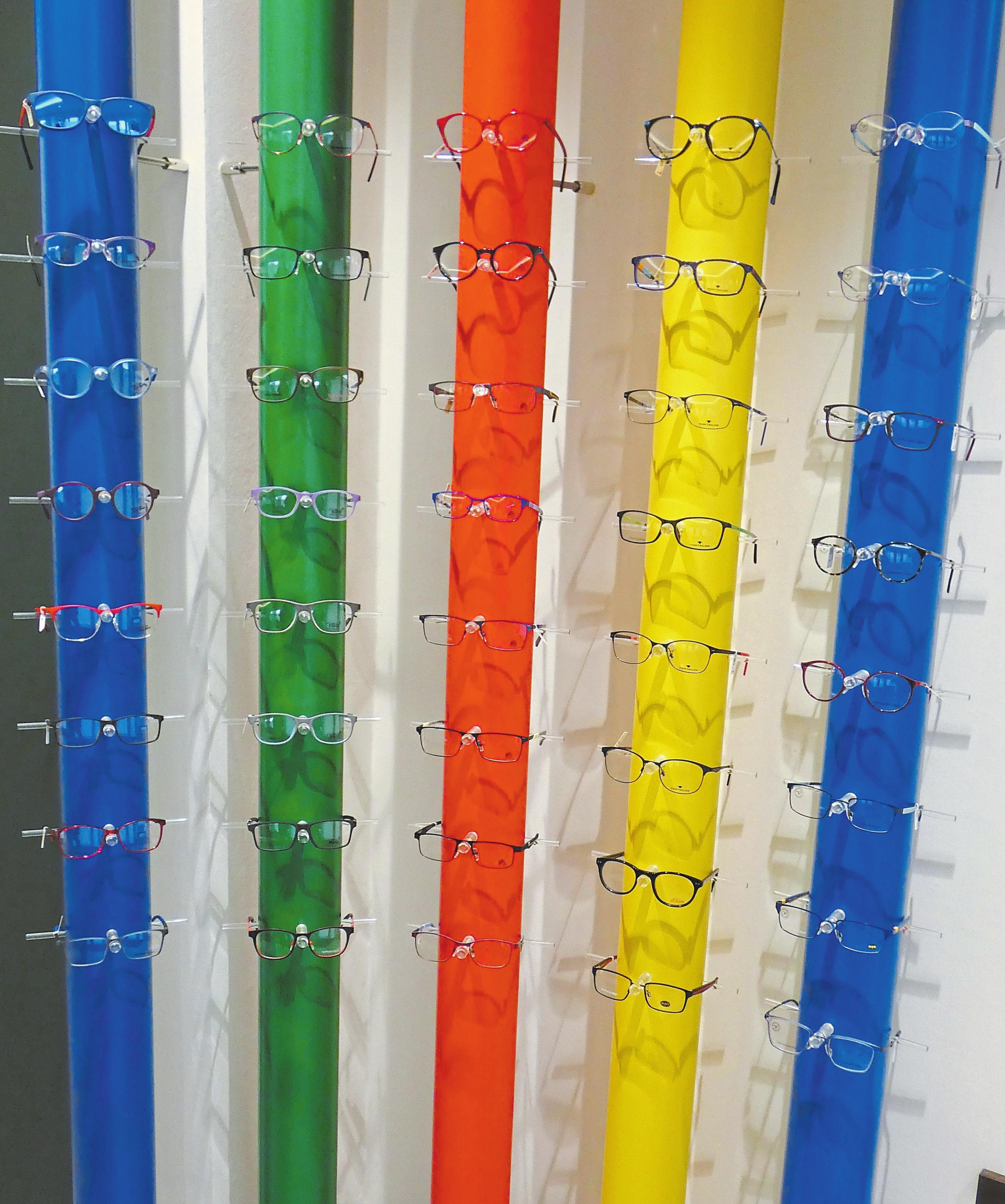 Die Kinder-Brillengestelle kommen auf kunterbunten Hintergründen besonders gut zur Geltung.