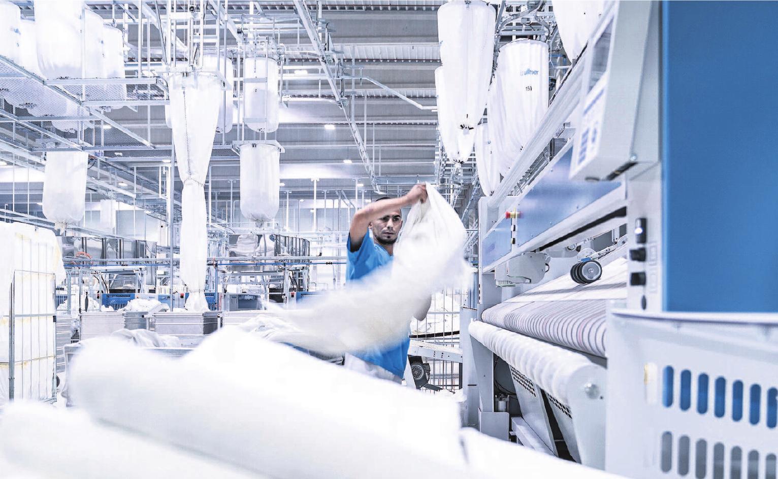 Auch, wenn viele Prozesse automatisch ablaufen, ist Handarbeit in der Wäscherei unabdingbar.