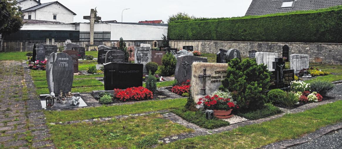 Der Friedhof von Horhausen liegt eingebettet im Kirchenumfeld.