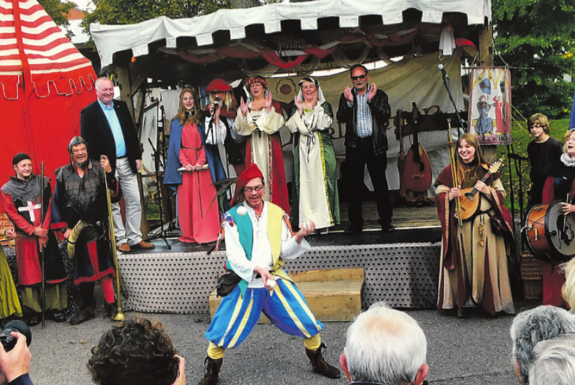 Darsteller und Mitwirkende kleideten sich in fantasievolle mittelalterlich wirkende Gewänder und vom Gaukler bis zur passenden Musik war alles vertreten.