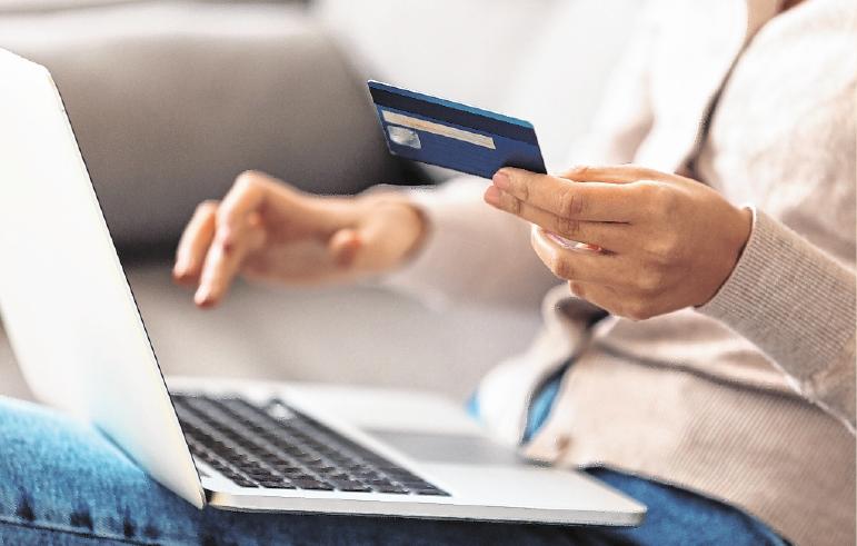 Bestellungen von zu Hause bieten sich an, da viele lokale Händler kurzfristig auf Online-Bestellungen und Lieferservice umgestellt haben. FOTO: GETTY IMAGES