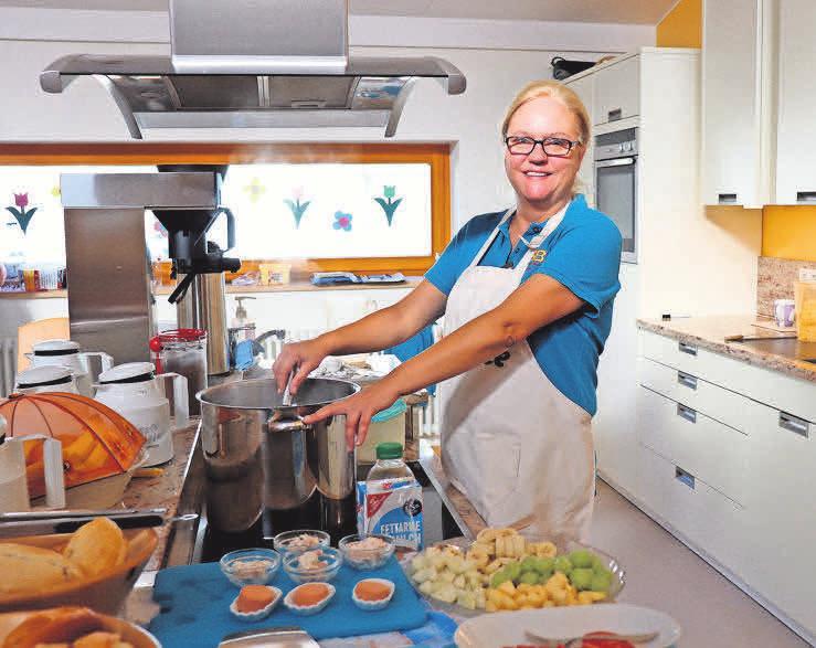 Hauswirtschafterin Katarzyna Wons freut sich über helfende Hände bei der Küchenarbeit.