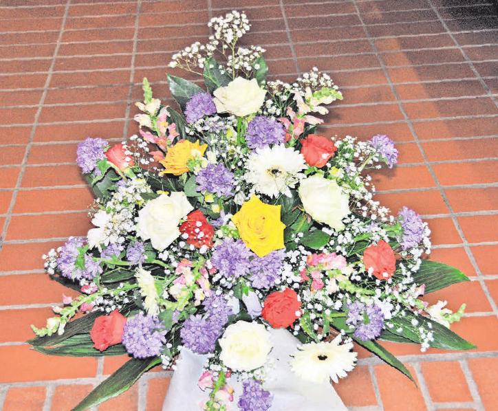 Auch bei der Auswahl des Blumenschmucks sind die Bestatter bei Bedarf behilflich.