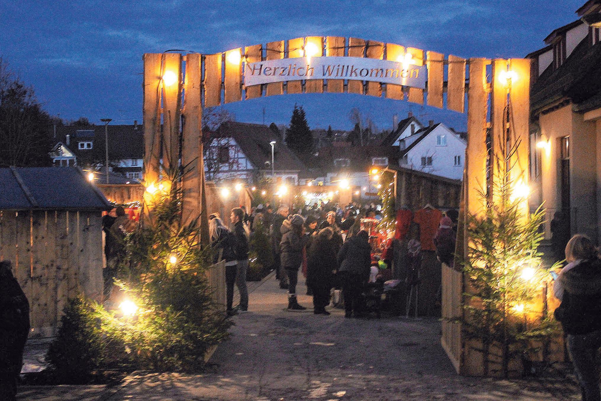 """Nach Einbruch der Dunkelheit wird's auf dem """"Ostracher Advent"""" erst so richtig heimelig. Bis 21 Uhr ist geöffnet. FOTO: PR"""