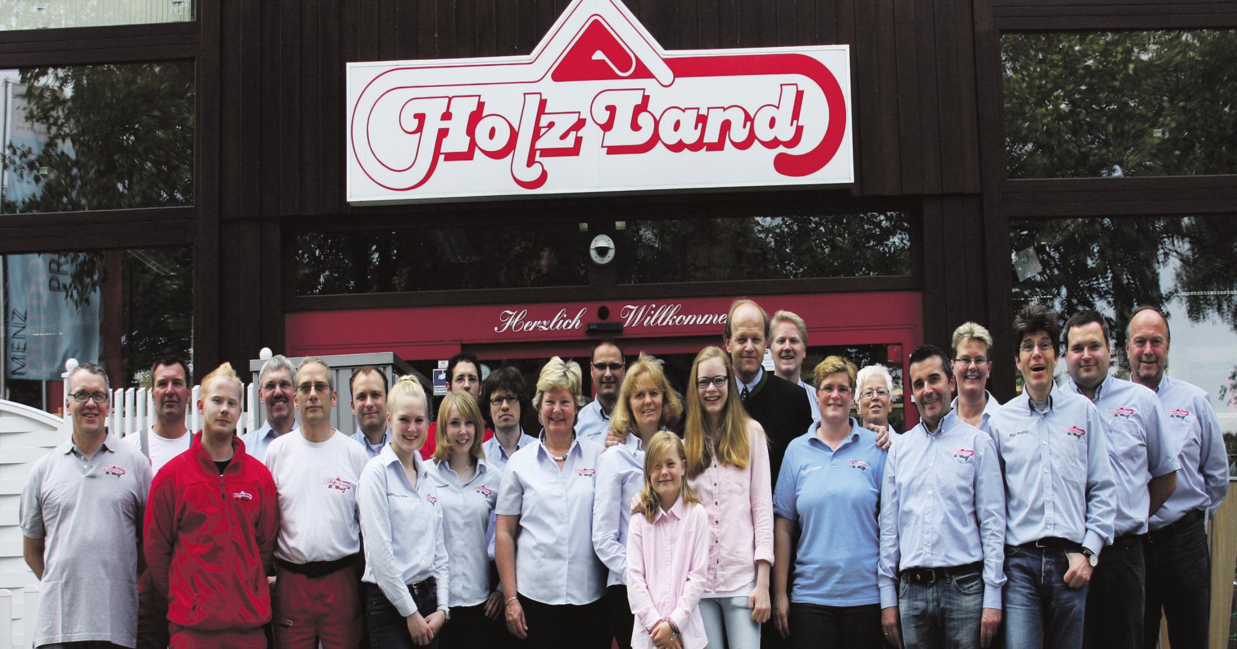 Zur Erinnerung an das 140-jährige Bestehen der Firma ließen sich die Mitarbeiter mit der Eigentümerfamilie vor dem Holzfachmarkt in der Bahnhofstraße fotografieren