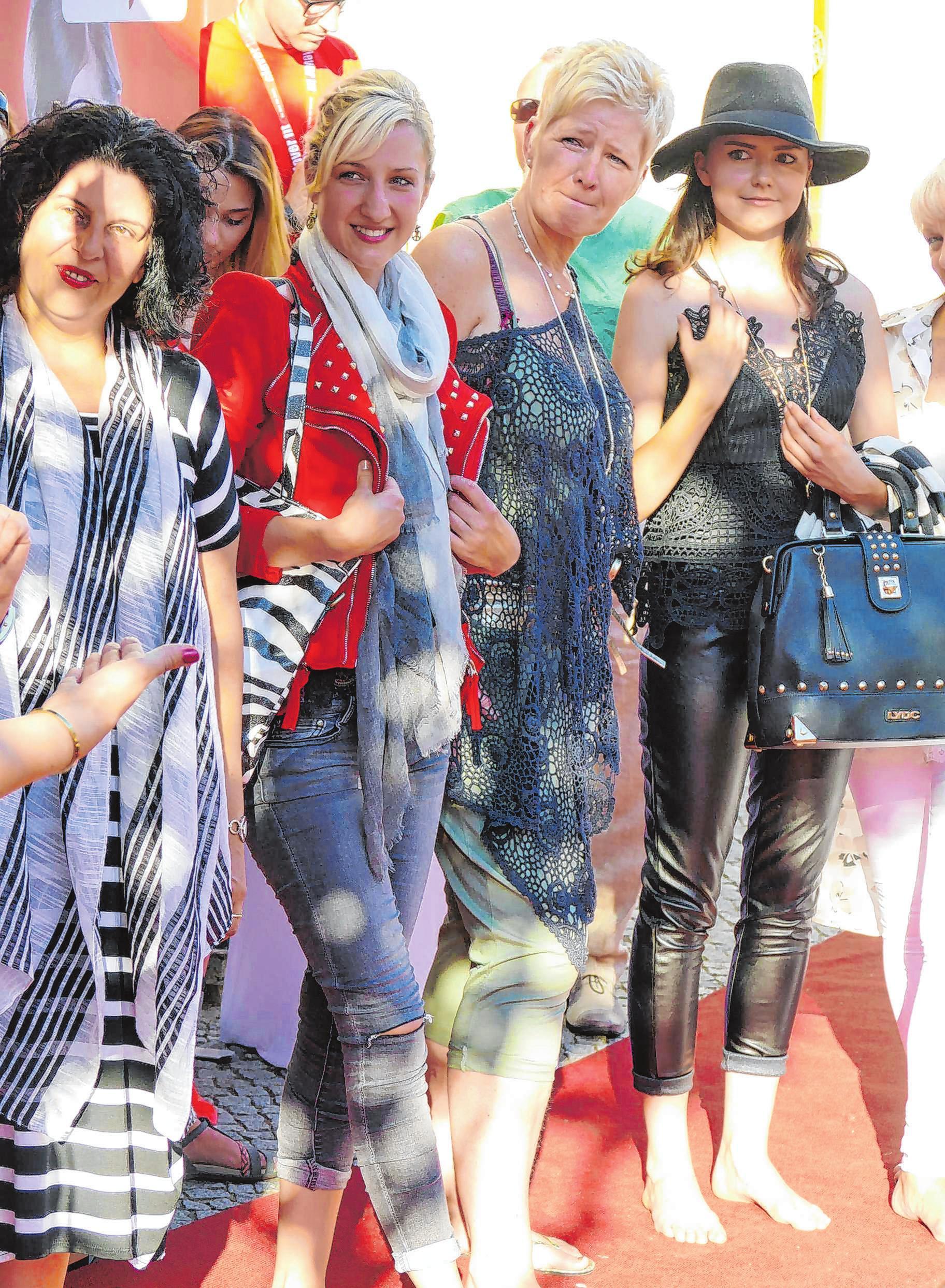 Modebewusste Damen sind in der Neuruppiner Innenstadt genau richtig.