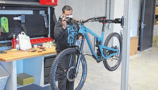 Vor der Auslieferung werden alle Bikes in der Endkontrolle gecheckt. Propain betreibt auch ein eigenes Prüflabor, in dem Belastungssimulationen dargestellt werden.