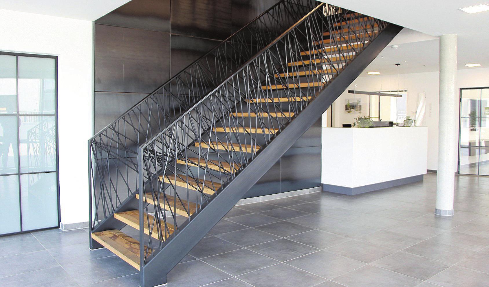 Ein echter Blickfang im Foyer ist die freistehende Treppe, deren Geländer aus asynchronen Stahlstangen besteht. FOTOS (3) GERWING