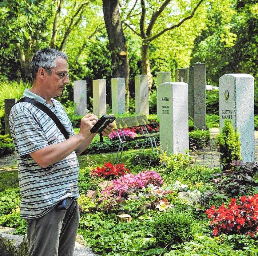 Regelmäßig überprüfen Grabkontrolleure die Gräber, die im Rahmen der Dauergrabpflege von Friedhofsgärtnern gepflegt werden. BILD: GBF