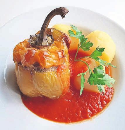 Gefüllte Paprika ist ein Beispiel für den leckeren Mittagstisch.