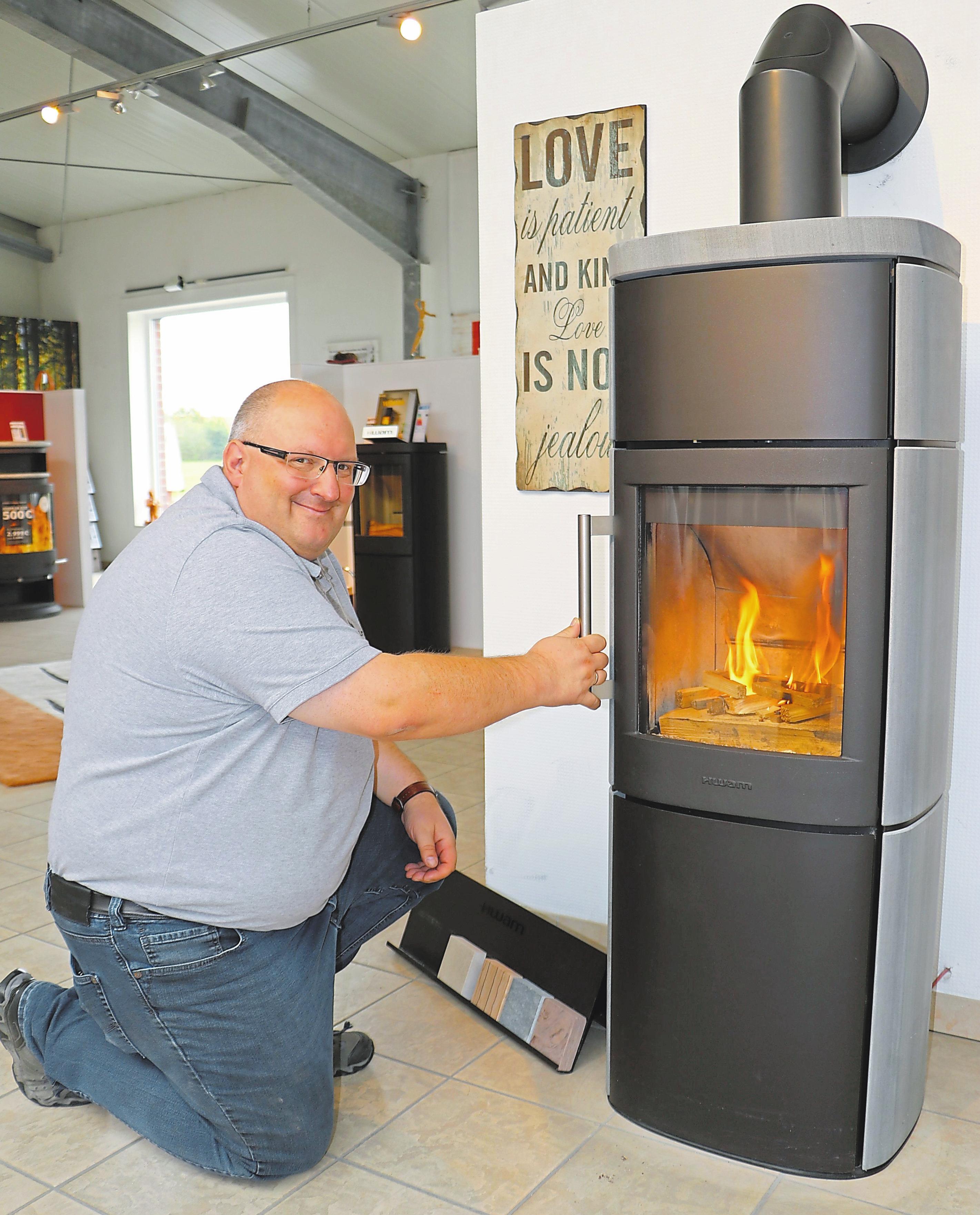 Ofen- und Luftheizungsbaumeister Andreas Neuer ist ein Experte, wenn es darum geht, ein heimeliges Feuer zu entfachen. Fotos: awi