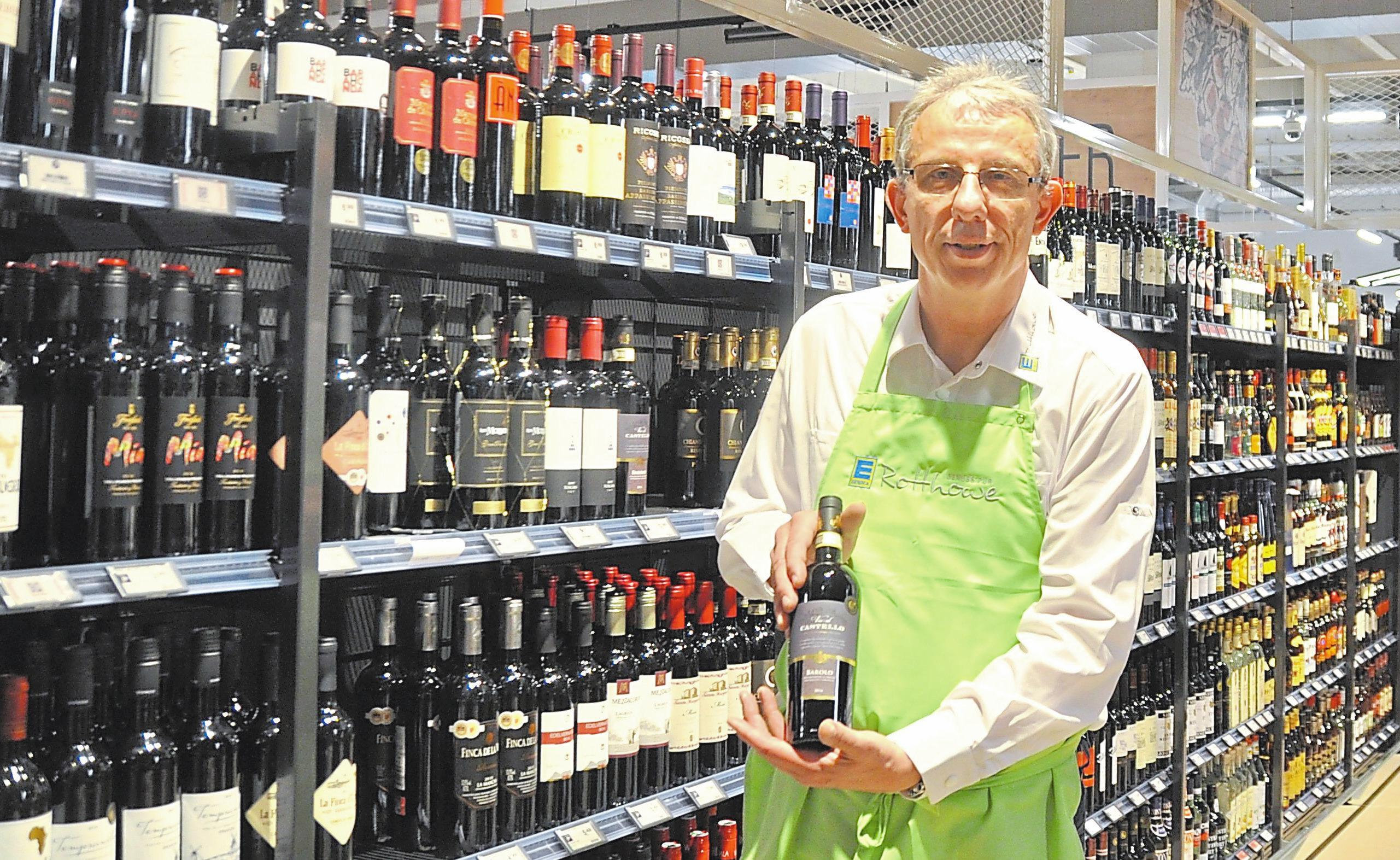 120 Quadratmeter voller Weine und Spirituosen: Marktleiter Karl-Heinz Cieslik hat eine Vielzahl an edlen Tropfen im Sortiment.