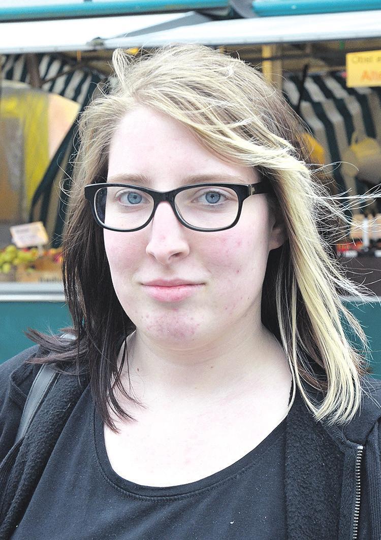 """Rilana Neuhausen (18) aus Winsen (Aller): """"Also ich finde schon, weil ich jetzt keine negativen Erfahrungen gemacht habe, dass alles soweit ganz sicher ist. Die Polizisten sind ja meistens auch in der Innenstadt und fahren umher. Als ich letztens einmal abends oder auch sehr früh morgens in Celle unterwegs war, fiel mir außerdem nichts besonderes auf. Auch da habe ich mich immer relativ sicher gefühlt."""" Fotos: Wasinski"""