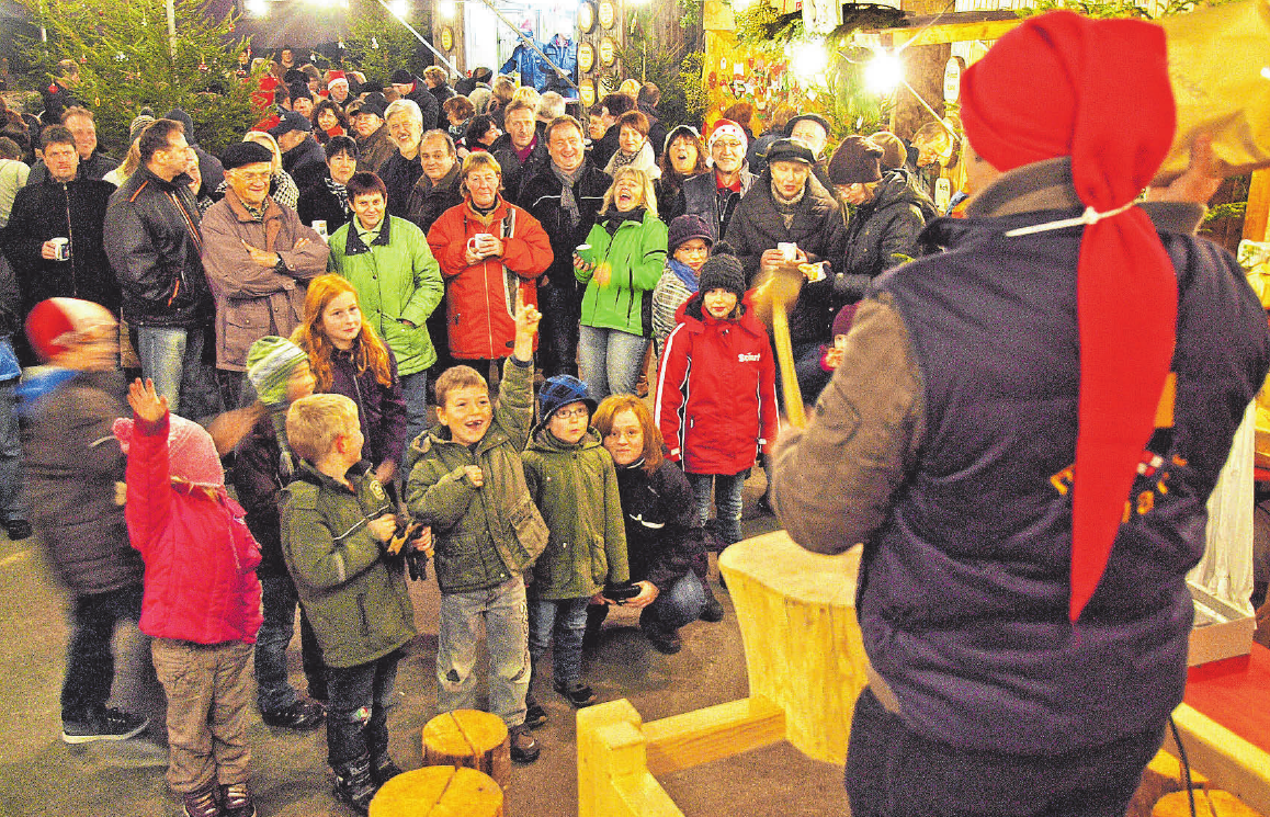 Die Auktion ist bei den Weihnachtsmarkt-Besuchern besonders beliebt. FOTO: HARTMANN