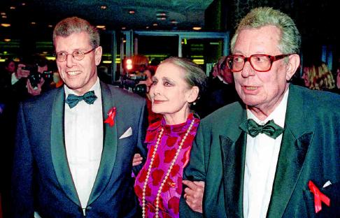 2000 Alard von Rohr (l.), Mitinitiator der Festlichen Operngala, gemeinsam mit der Berliner Charity-Grande-Dame Irina Pabst und dem Generalintendanten der Deutschen Oper, Götz Friedrich. PA/DPA/KALAENE JENS