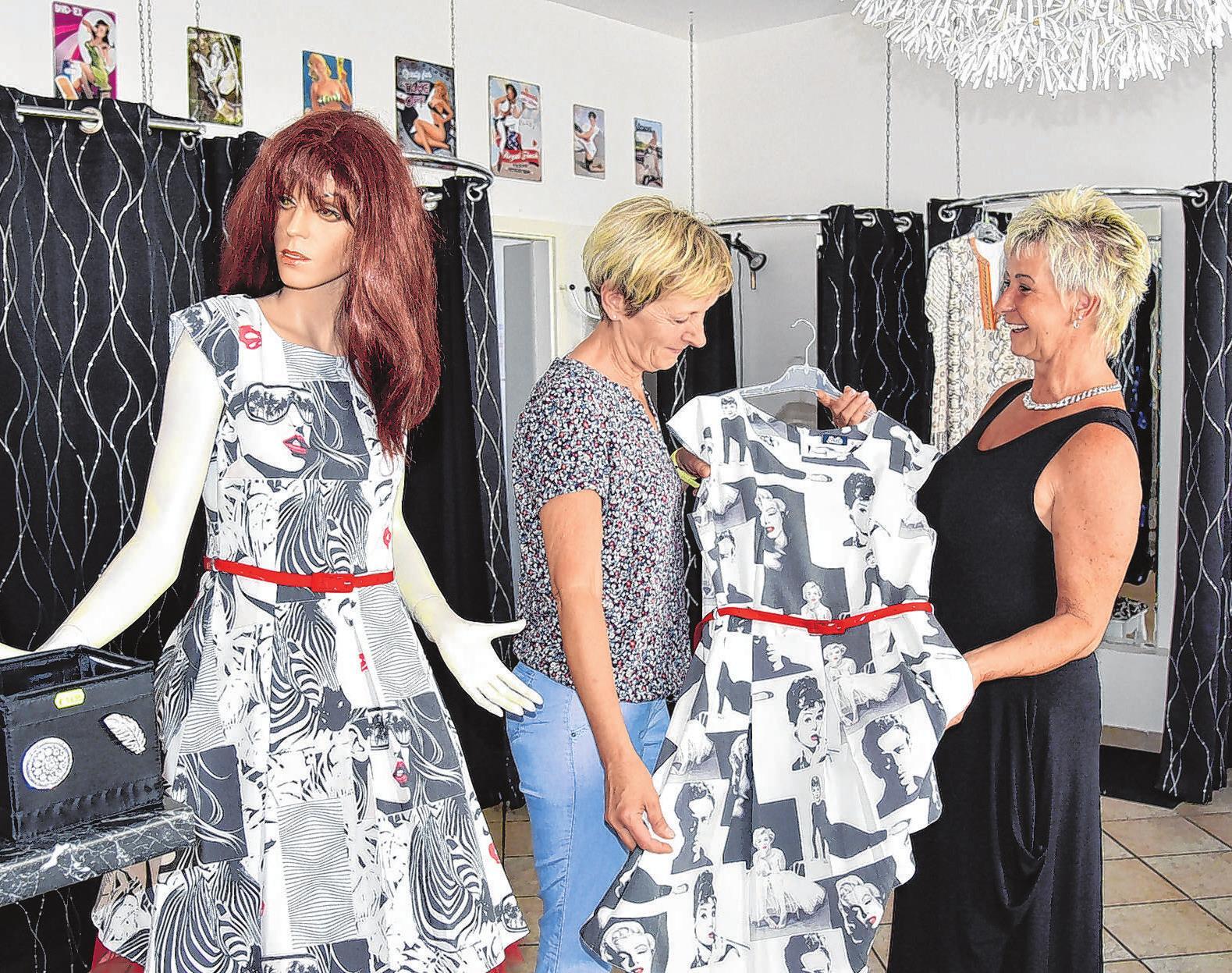 Bei den Seelower Mode-Zicken: Kundin Simone Jäck (links) ist auf der Suche nach einem luftigen Sommerkleid, Boutique Chefin Simone Richter empfiehlt und berät.
