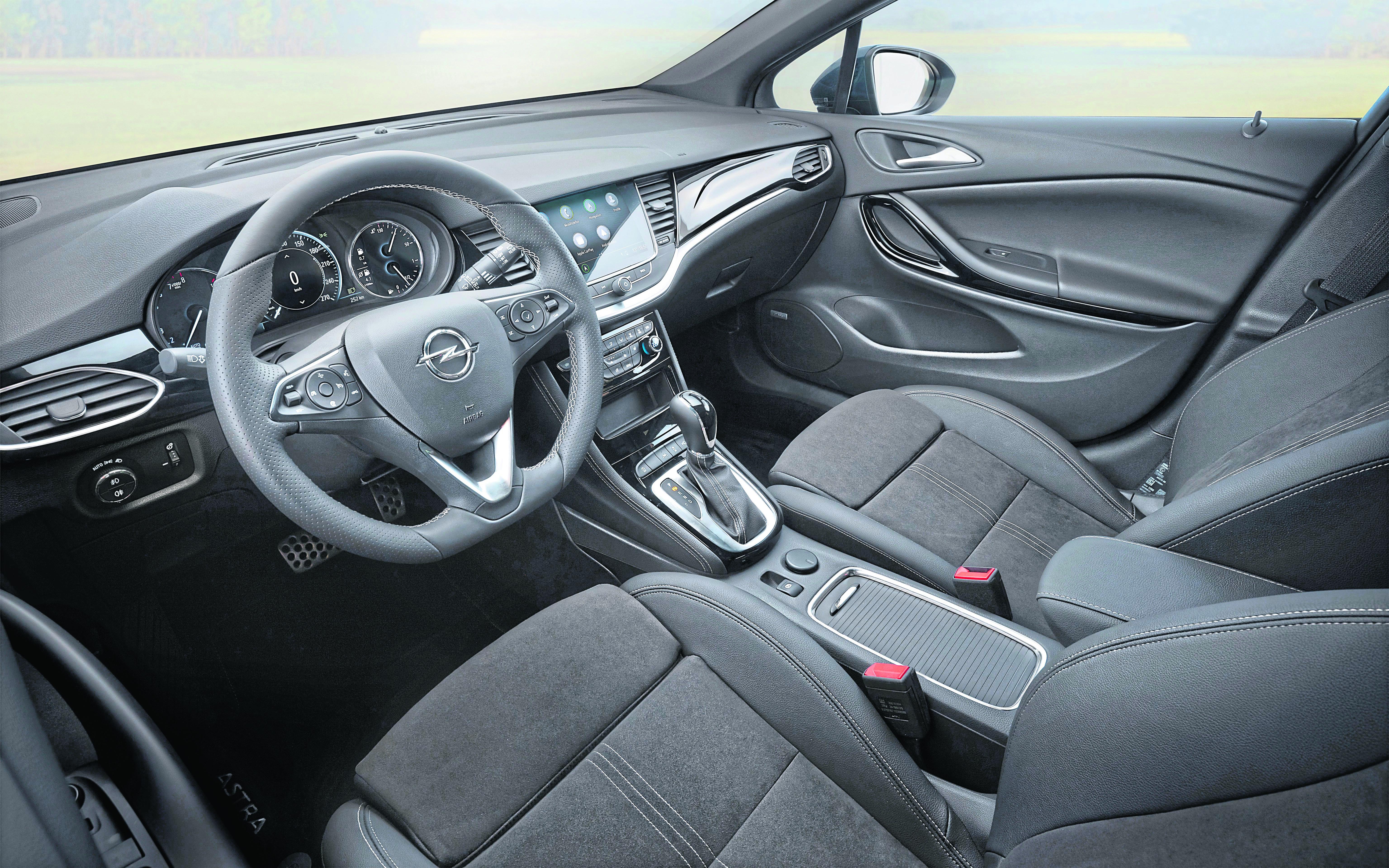 """Zahlreiche starke Features sind in den Astra """"Design & Tech"""" Modellen inklusive. Mit dem Apple CarPlay und Android Auto kompatiblen Multimedia Navi Pro sind Astra-Fahrer bestens vernetzt. Die Innenraumtemperatur lässt sich über die Zwei-Zonen-Klimatisierungsautomatik regeln"""