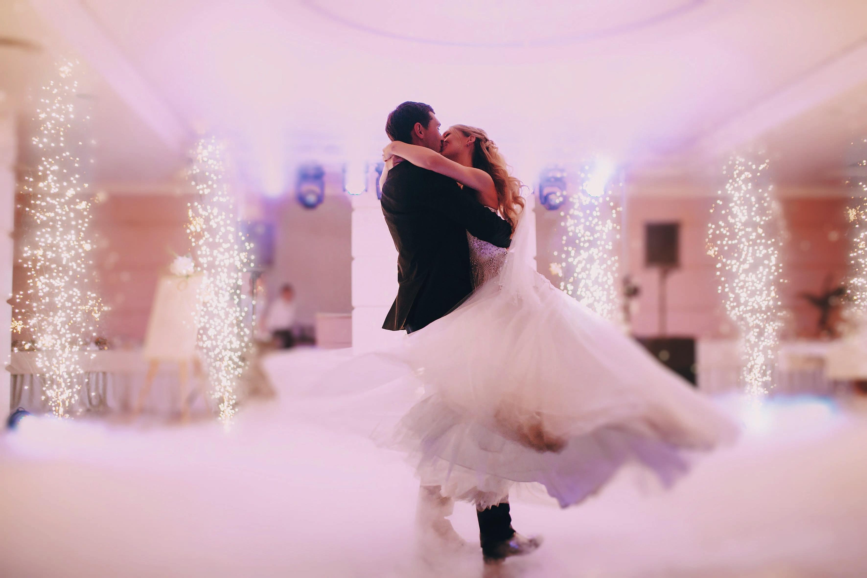 Die Gäste werden verzaubert sein. Nach einem Tanzkurs kann das Brautpaar getrost beim Hochzeitswalzer über das Parkett schweben. Foto: 123rf/prostooleh