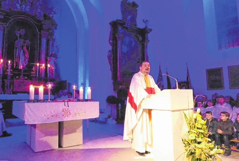 Der Altarraum von St. Nikolaus kann nun auch farblich illuminiert werden.