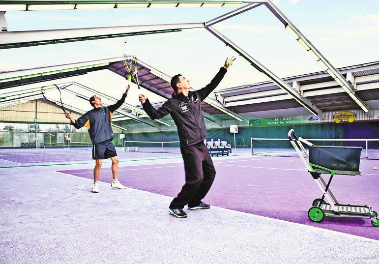 Tennis im match center: bei schönem Wetter ist das auch mit geöffnetem Dach möglich. Foto: z
