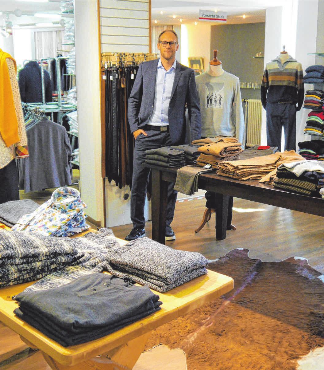 Alexander Keller, Inhaber von Modehaus Weinmann, verrät Kunden die Trends für den Herbst. Foto: Müller