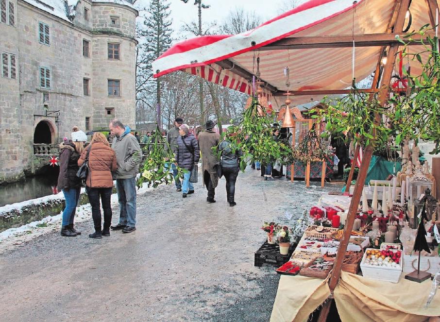 Ein Weihnachtsmarkt vor stimmungsvoller Kulisse. Fotos: Herbert Fischer