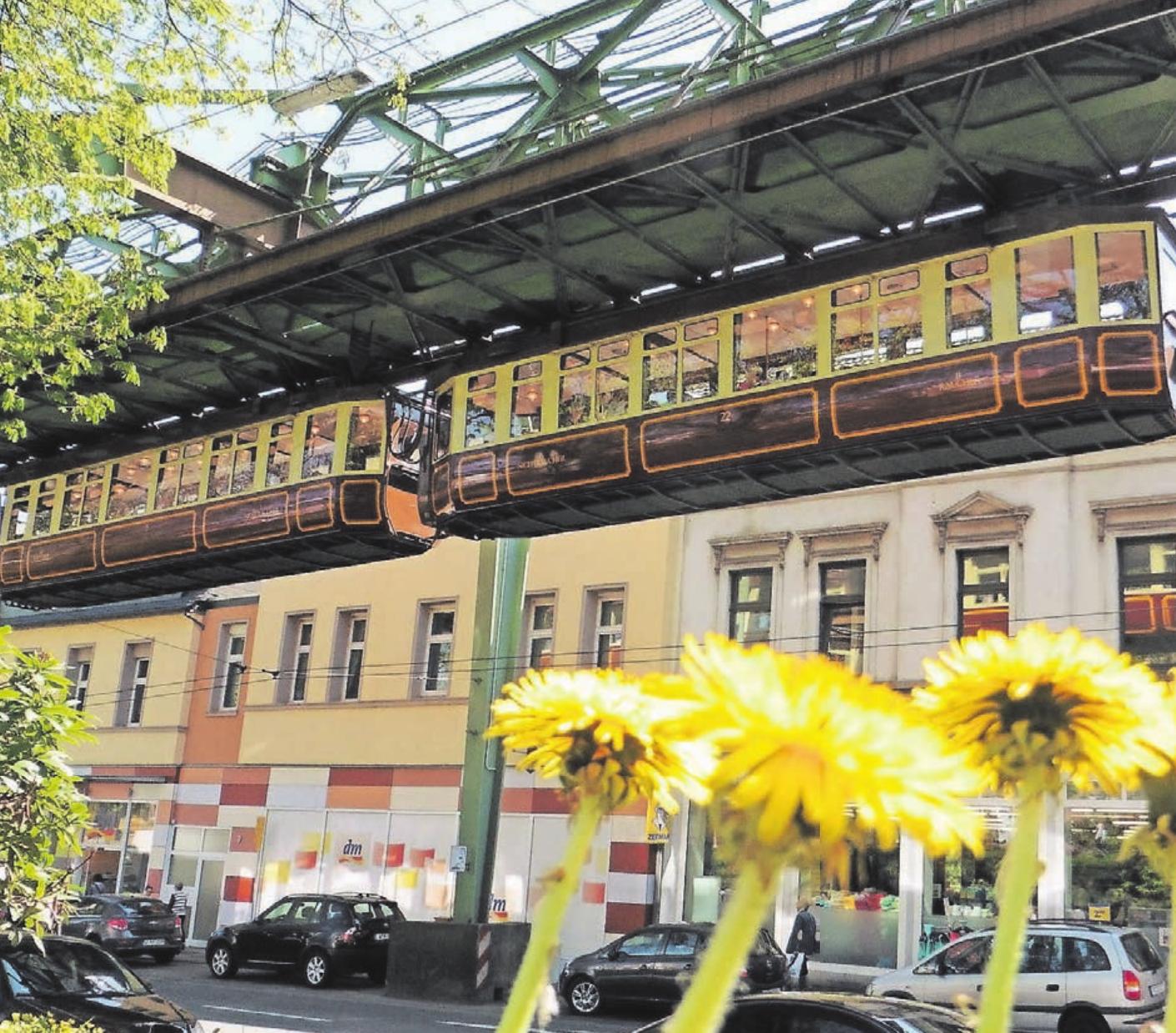 """Seit 1901 verbindet der """"stahlharte Drache"""", die Schwebebahn, die Stadtteile im Tal der Wupper. Der historische Kaiserwagen geht nach einer Pause 2020 wieder in Betrieb."""
