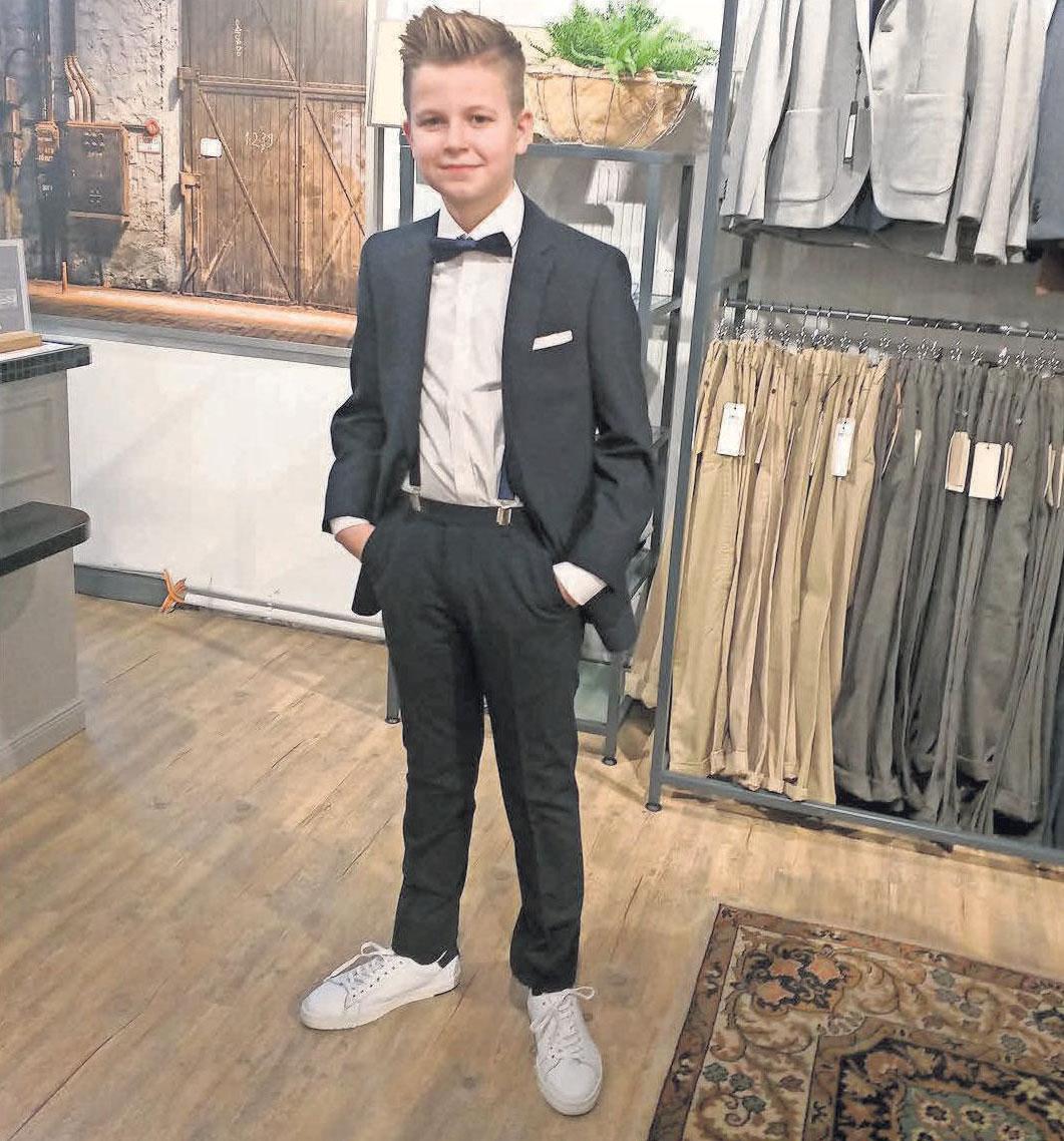 Jakob zeigt Mode wie sie sein soll – er wird im Outfit von Kolossa konfirmiert: Anzug von White bros mit passender Fliege, Hosenträgern und weißen Sneakern.