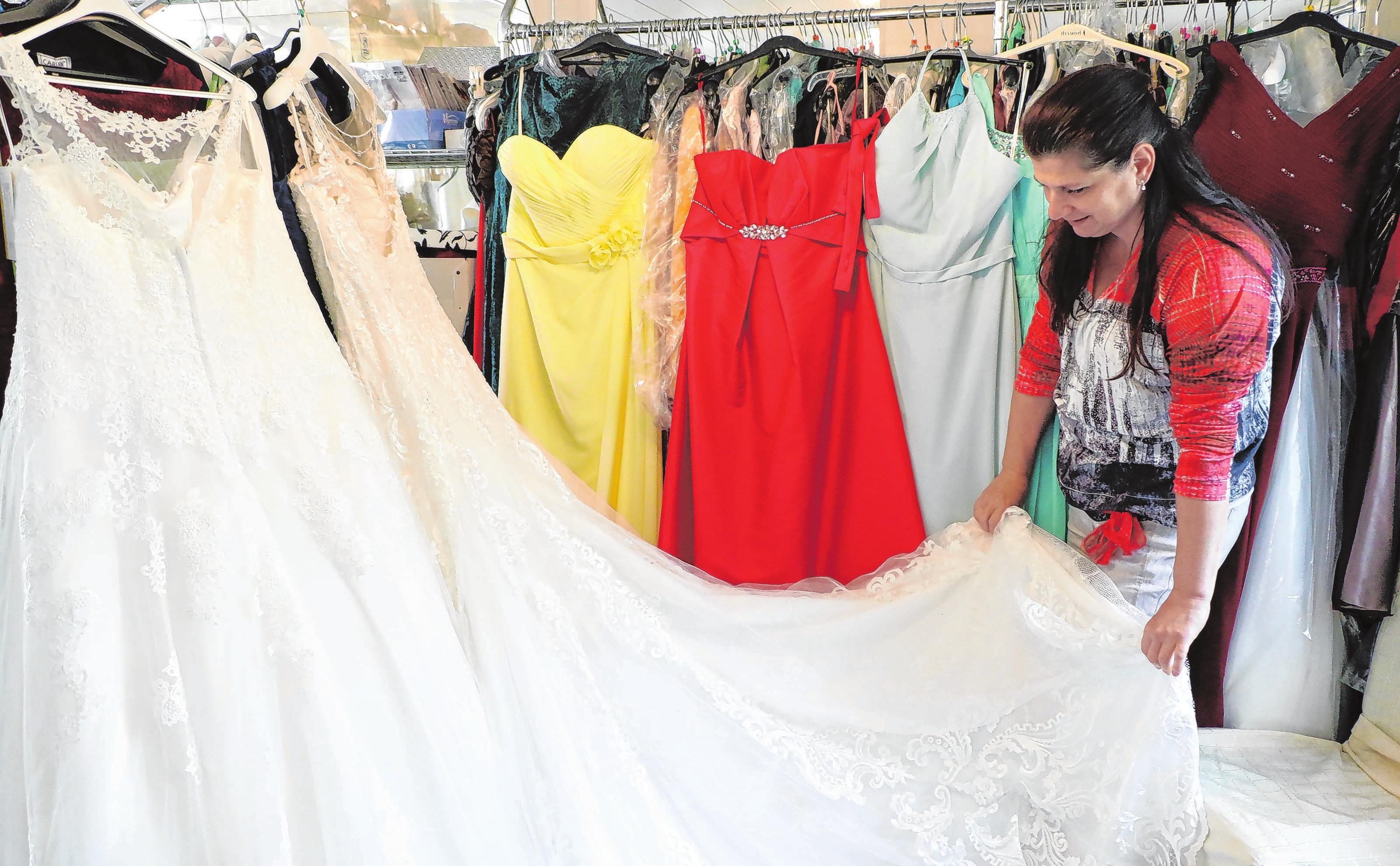 Das Geschäft ist noch voller Kleider. Katja Petrick freut sich darauf, die Kundinnen noch bis 30. Juni mit Braut- oder Festmode einzukleiden. Fotos (2): Anne Bennewitz