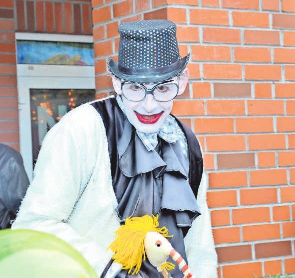 Die mobile Clownin Norbertine amüsiert die Besucher.