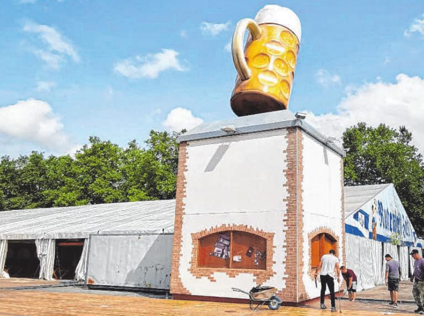 Der neue Biergarten des Rutenfestzelts ist schon von weitem durch den rotierenden Bierkrug erkennbar. Die Fotos geben einen Eindruck des imposanten Zeltaufbaus. FOTOS: BRAUEREI LEIBINGER