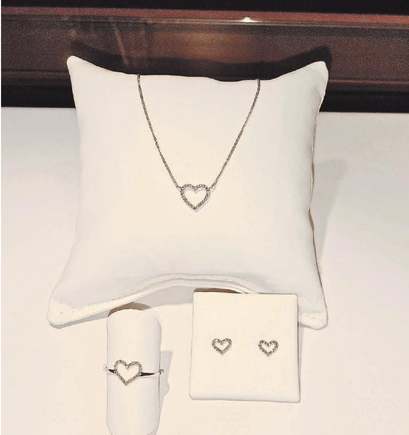 Zarte Herzen als Zeichen der Liebe: Weißgold und Brillantschliff beim Juwelier Messerschmidt.