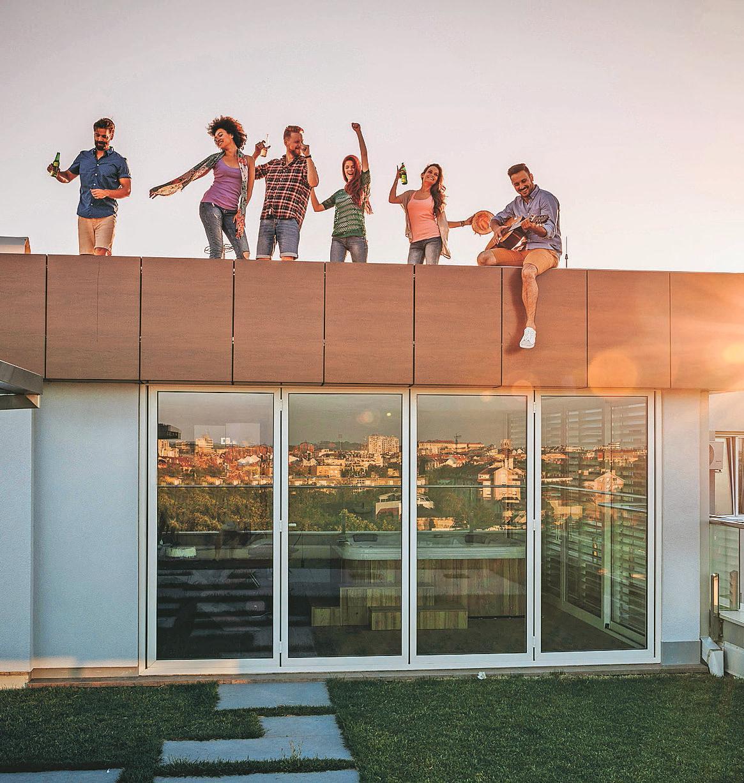 Auch im Spätsommer und Herbst kann die Dachterrasse der beste Ort für Partys mit Freunden sein. Unbeschwerter feiert es sich, wenn der Check für den Winter schon erfolgt ist. Foto: djd/Triflex/iStock.com/skynesher